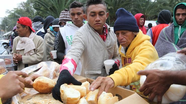 Ponad 1500 migrantów dotarło do granicy Meksyku z USA