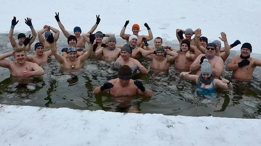 Morsy z Łęcznej nie boją się lodowatej kąpieli. Fot. YouTube / Tuba Reporter Łęczna.