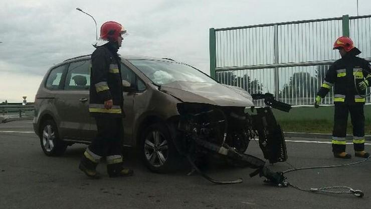 Zderzenie samochodów w Malborku. Silnik wypadł i koziołkował po ulicy i chodniku
