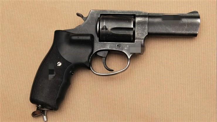 Policjant napadł z bronią na firmę pożyczkową. Grozi mu dożywocie i chłosta