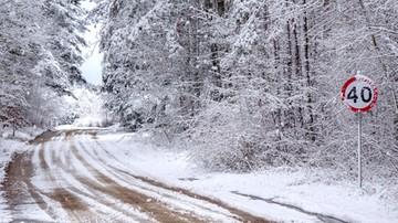 Ciężkie warunki na drogach. Jezdnie oblodzone, pada śnieg. Niż Elżbieta dotarł do Polski