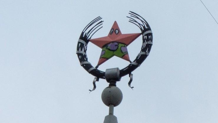 Nad miastem, w kąpielówkach. Radziecki symbol przebrany za bohatera amerykańskiej kreskówki