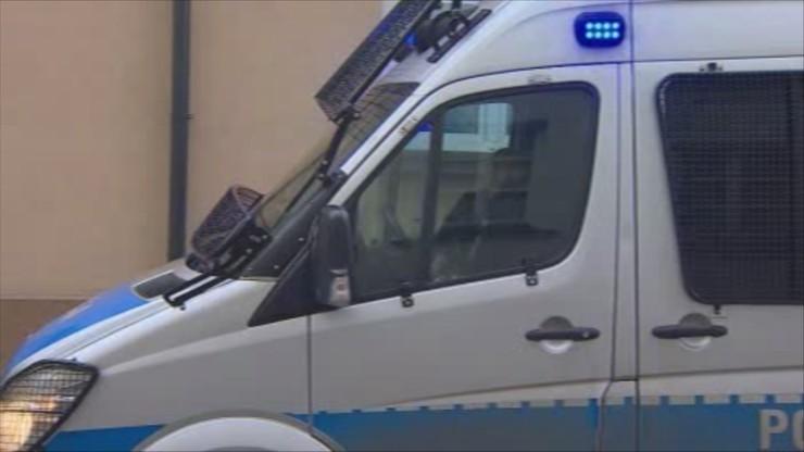 Dolnośląskie: policja wciąż szuka zbiega, który staranował radiowóz. Padły strzały
