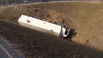 Tir spadł z kilkumetrowego nasypu drogi. Utrudnienia na S14 mogą potrwać kilkanaście godzin