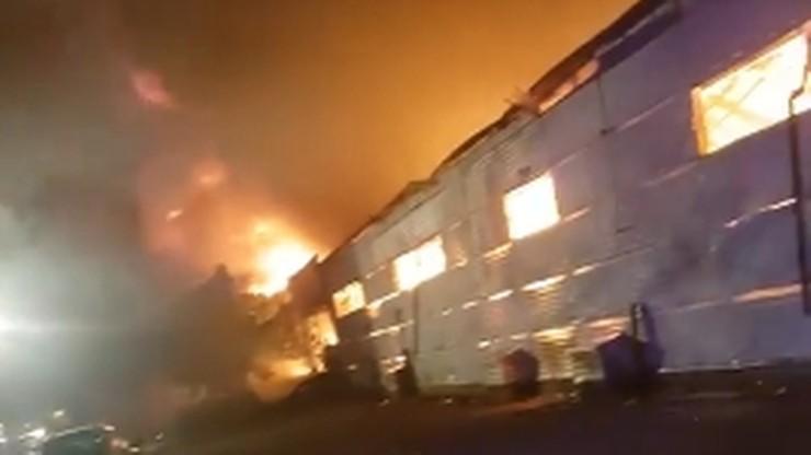 Pożar hali magazynowej w Mikołowie. Z ogniem walczyło 150 strażaków