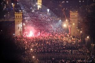Policja: 250 tys. uczestników Biało-Czerwonego Marszu. Ratusz: race i zakazane znaki