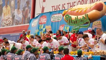 Zjadł 72 hot dogi w 10 minut. Wygrał konkurs jedzenia na czas z okazji Dnia Niepodległości w USA