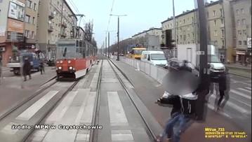 """Kobieta w ciąży wbiegła wprost pod tramwaj. Opublikowano nagranie """"ku przestrodze"""""""