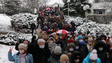 """Protesty na Białorusi. Ludzie tworzą """"łańcuchy solidarności"""""""