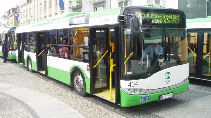 Białystok: autobus uderzył w słup oświetleniowy i sygnalizację. 15 osób poszkodowanych