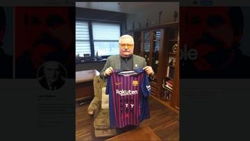 """Wałęsa niemal jak Messi. Dostał koszulkę Barcelony... z napisem """"konstytucja"""""""
