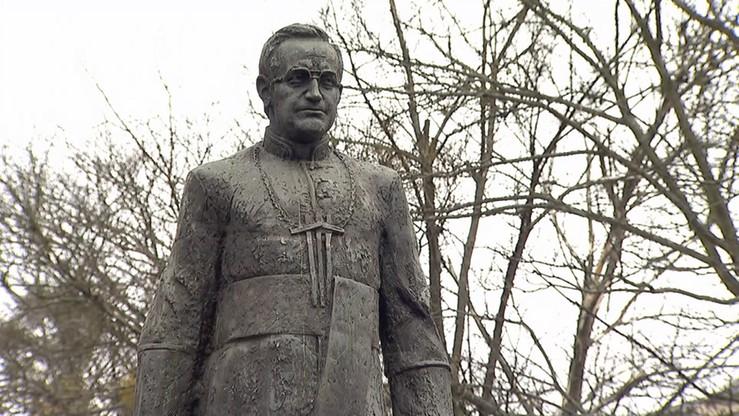 Nadzór budowlany wyjaśnia sprawę ponownego montażu pomnika ks. Jankowskiego w Gdańsku