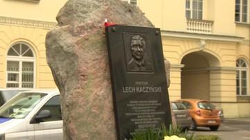 Warszawa: nie ma nakazu usunięcia tablicy pamięci Lecha Kaczyńskiego