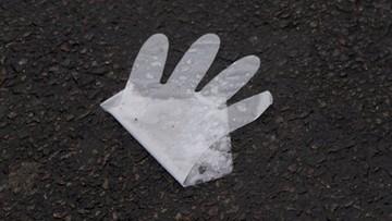 Jednorazowe rękawiczki leżą wszędzie. Miały chronić zdrowie, a są zagrożeniem