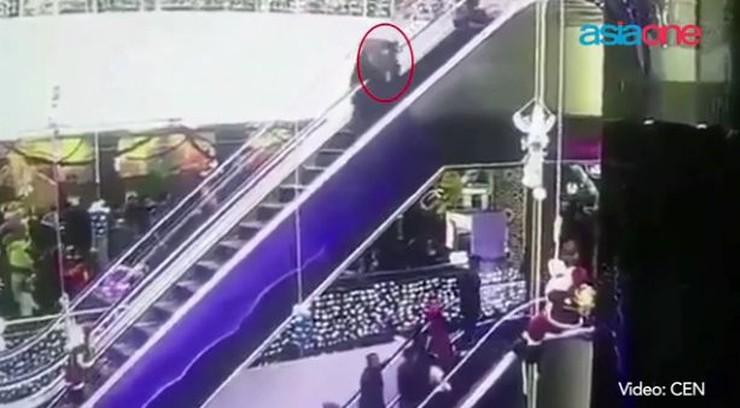 Potknęła się i wypuściła dziecko z rąk. Tragiczny wypadek na ruchomych schodach