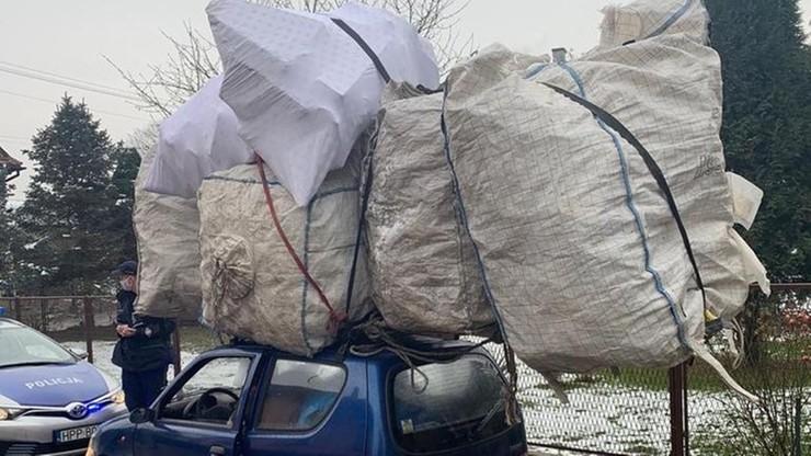 Bagaż na dachu dwa razy większy niż samochód. Policja zatrzymała kierowcę