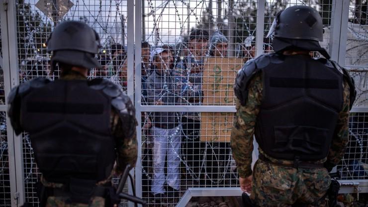 Grecja: policja usuwa migrantów z granicy z Macedonią