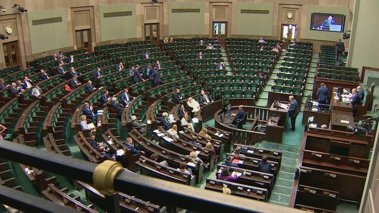 Skrócono posiedzenie Sejmu. Na sali ograniczona liczba posłów