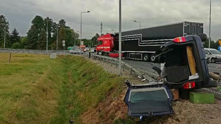 Kierowca wepchnięty prosto pod tira zginął na miejscu. Sprawcą 85-latek, który wymusił pierwszeństwo