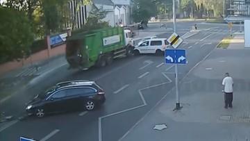 """Śmieciarka """"uciekła"""" i staranowała samochody w Gorzowie. Kierowca próbował ją zatrzymać [WIDEO]"""