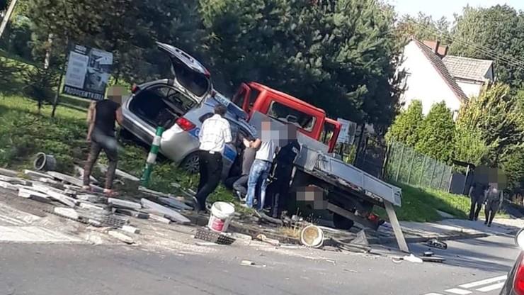 Zderzenie samochodu dostawczego z radiowozem w Małopolsce. Ranna policjantka