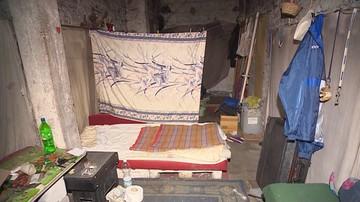 """Para bezdomnych zajmowała pustostan, aż w ich życiu pojawił się """"anioł stróż"""" ze straży miejskiej"""
