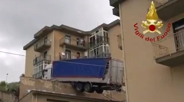 """""""Usłyszeliśmy huk"""". Ciężarówka stoczyła się na dach budynku"""