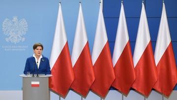 Polskie flagi tłem konferencji. Unijnych już nie będzie