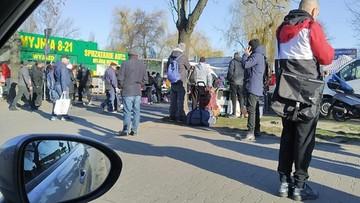 Nie wszyscy Polacy #zostająwdomu. Tłumy przed bazarem, młodzież nad rzeką