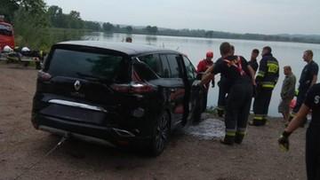 Zasnął za kierownicą, obudził się w stawie. Świadek zauważył auto i pływającego obok człowieka