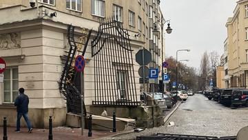 """Zniszczona brama Kancelarii Prezydenta. Gruz i pogięte kraty. """"To był szok"""" [WIDEO, ZDJĘCIA]"""