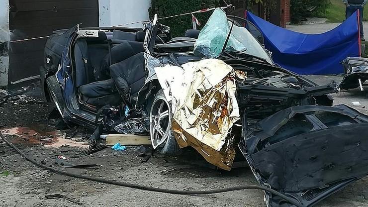 Stracił panowanie nad samochodem i uderzył w budynek. Nie żyją dwie osoby