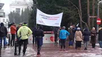 """""""Byliśmy, jesteśmy, będziemy"""". Posłowie na sali plenarnej, przed Sejmem kilka osób"""