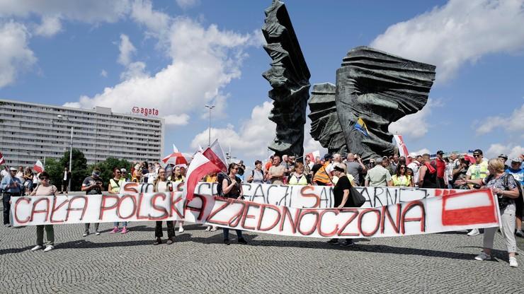 Katowice. Uczestnicy marszu sprzeciwiają się polityce rządu w kwestii COVID-19