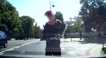 """""""Żołnierze wstrzymują ruch, aby Macierewicz przeszedł środkiem ulicy."""" """"Wybrańcy narodu"""""""