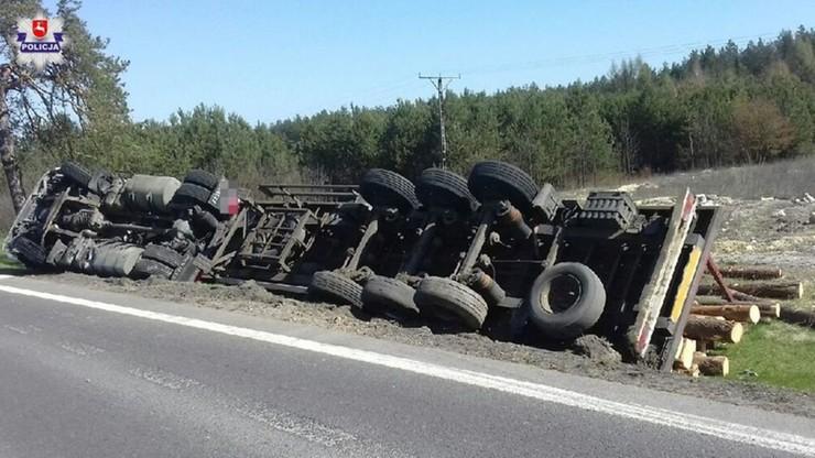 Przewróciła się ciężarówka z ładunkiem drewna. Kierowca tłumaczył, że to przez bąka