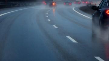 RCB ostrzega przed śliskimi drogami i chodnikami po opadach deszczu i śniegu