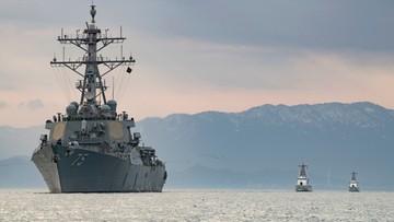 Amerykański niszczyciel rakietowy płynie do portu w Odessie
