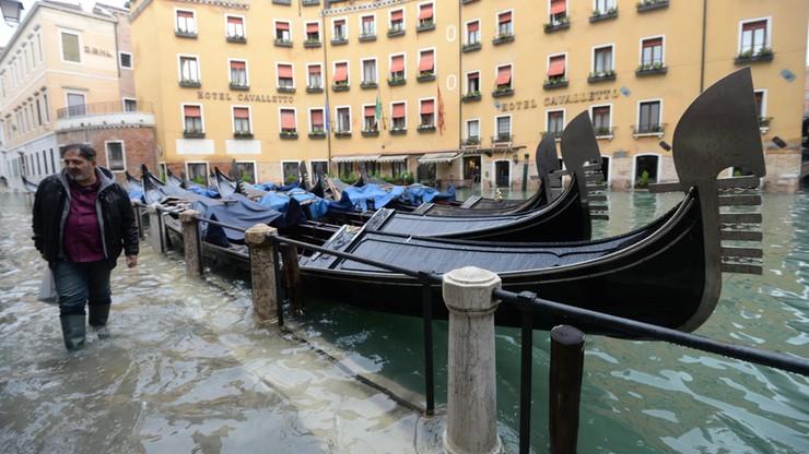 Wenecja zmaga się ze skutkami największej od 53 lat powodzi, która dotknęła 80 procent jej obszaru.