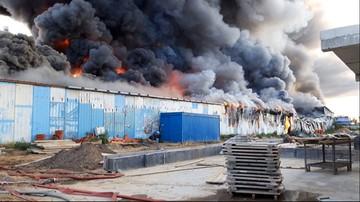 Ogromny pożar hali produkcyjnej w Gdańsku. Płoną meble i produkty stolarskie