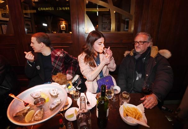 Anglicy bawiący się na ulicach Londynu po otwarciu lokali gastronomicznych