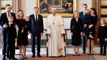 Tusk na audiencji u Franciszka. Wręczył papieżowi polski dąb