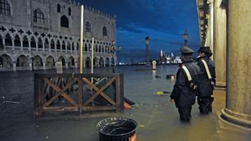 Mieszkańcy zalanej Wenecji po kolana w wodzie. Nie żyją dwie osoby [WIDEO]