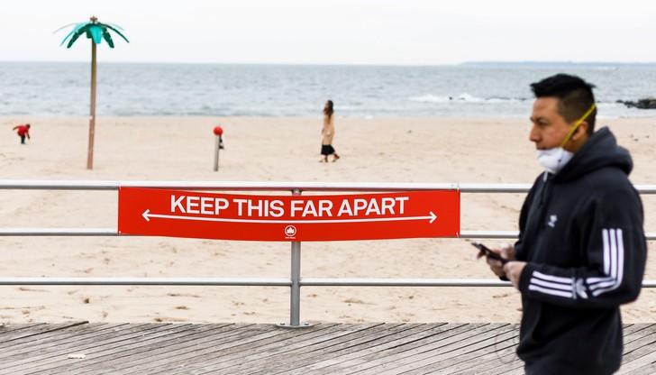 Strzałka pokazuje, w jakich odstępach stać, by spacer brzegiem oceanu był bezpieczny