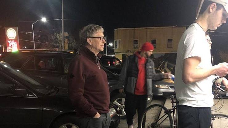 """Bill Gates """"przyłapany"""" w kolejce po burgera. """"Tak powinni zachowywać się bogaci ludzie"""""""