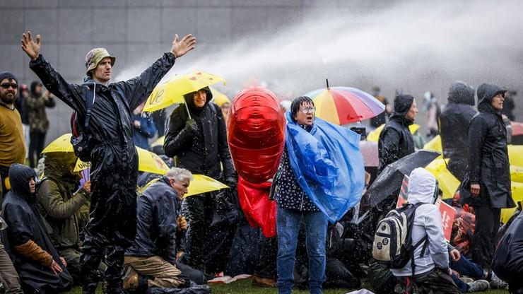 Rekord zakażeń w Holandii. Przeciwnicy obostrzeń wyszli na ulice