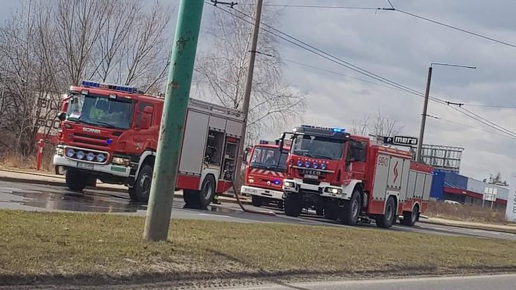Pożar przy parkingu w Tychach. Spłonęło siedem aut