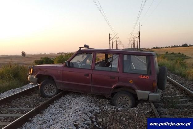 Auto blokowało ruch pociągów w obu kierunkach
