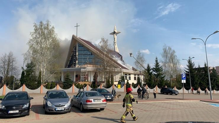 Pożar dachu kościoła w Białymstoku. Na miejscu nadal pracują strażacy