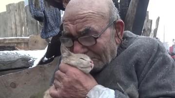 83-latek w pożarze stracił dom. Uratował jedynie małego kota. Zobaczcie nagranie, które poruszyło internautów